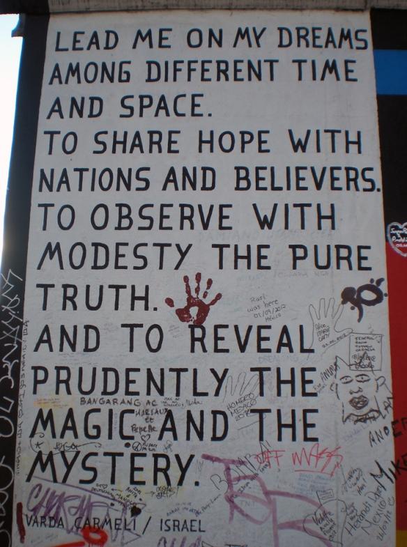 Algunos murales incluían mensajes positivos de paz y esperanza, esperando un mundo mejor. Uno de ellos.