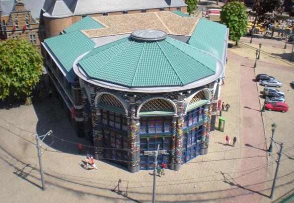 The Sting, una tienda de ropa de La Haya, en miniatura. La ropa no es gran cosa, pero se puede apreciar que el edificio es llamativo.
